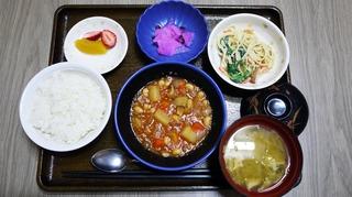 今日のお昼ごはんは、ポークビーンズ、スパゲッティサラダ、浅漬け、スープ、果物でした。