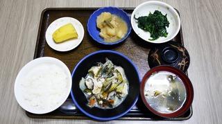 きのうのお昼ごはんは、すき焼き風煮、青菜のごま和え、じゃが煮、味噌汁、くだものでした。
