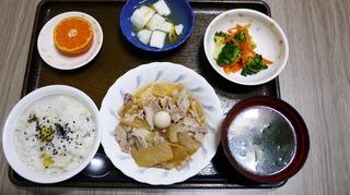 きょうのお昼ごはんは、豚肉のこってり煮、わさび和え、はんぺんのゆずあん、味噌汁、くだものでした。