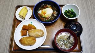 きょうのお昼ごはんは、いなりずし、落とし卵の野菜あんかけ、かぼちゃ煮、味噌汁、くだものでした。
