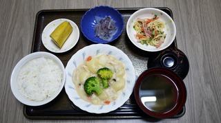 きょうのお昼ごはんは、クリームシチュー、サラダ、浅漬け、味噌汁、くだものでした。
