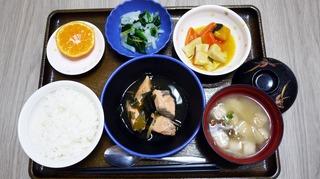 きょうのお昼ごはんは、鮭のなると煮、ゆず浸し、含め煮、味噌汁、果物でした。