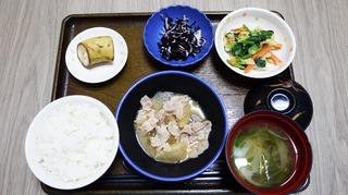 きょうのお昼ごはんは、豚肉と大根の甘みそ煮、和え物、ひじき酢の物、味噌汁、果物でした。