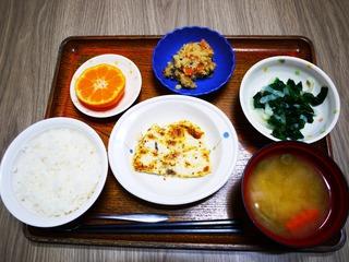 きょうのお昼ごはんは、メカジキのマヨマスタード焼き、炒りおから、ゆず浸し、味噌汁、果物でした。