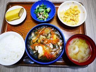 きょうのお昼ごはんは、豆腐の野菜あんかけ、甘酢和え、コーン炒り卵、味噌汁、くだものでした。