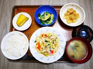 きょうのお昼ごはんは、親子煮、甘酢和え、じゃが煮、味噌汁、果物でした。