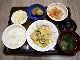 きょうのお昼ごはんは、厚揚げとキャベツの塩炒め、中華和え、さつま芋煮、味噌汁、果物でした。