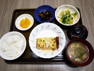 きょうのお昼ごはんは、擬製豆腐、和え物、ひじき煮、味噌汁、果物でした。