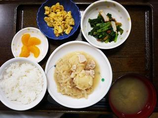 きょうのお昼ごはんは、鶏肉とジャガイモのみそ煮込み、梅和え、炒り卵、味噌汁、果物でした。