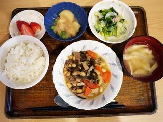 きょうのお昼ごはんは、五目大豆煮、甘酢和え、つなジャガ、味噌汁、くだものでした。