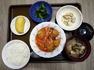 きょうのお昼ごはんは、肉団子のケチャップ煮、ポテトサラダ、浅漬け、味噌汁、果物でした。