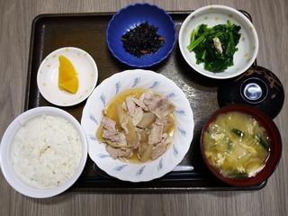 きょうのお昼ごはんは、豚肉と大根のこってり煮、煮浸し、ひじきの酢の物、味噌汁、くだものでした。