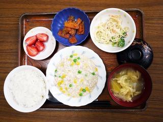 きのうのお昼ごはんは、挽肉とコーンのクリーム煮、サラダ、人参のごま和え、味噌汁、くだものでした。