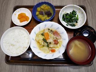 きょうのお昼ごはんは、ウインナーと野菜のスープ煮、コーンポテト、含め煮、味噌汁、くだものでした