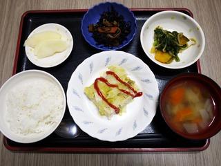 きょうのお昼ごはんは、挽肉とキャベツの重ね蒸し、和え物、ひじき煮、味噌汁、くだものでした。