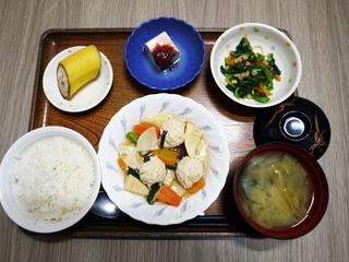 きのうのお昼ごはんは、鶏つくね煮、天かす和え、梅香味奴、味噌汁、くだものでした。