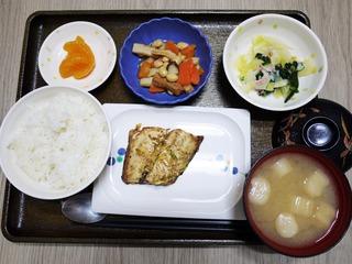 きょうのお昼ごはんは、肉じゃが、なめたけ和え、大根きんぴら、味噌汁、くだものでした。