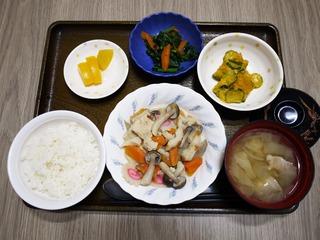 きょうのお昼ごはんは、炊き合わせ、かぼちゃサラダ、お浸し、味噌汁、くだものでした。