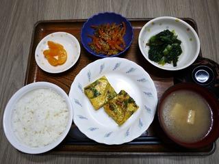 きょうのお昼ごはんは、千草焼き、もずく和え、根菜きんぴら、味噌汁、くだものでした。