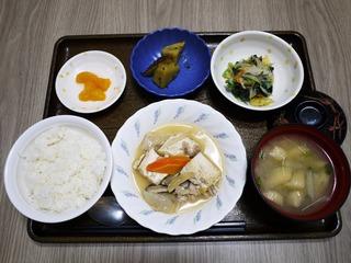きょうのお昼ごはんは、肉豆腐、梅おかか和え、大学芋煮、味噌汁、くだものでした。