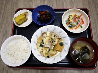 きょうのお昼ごはんは、厚揚げとキャベツの塩炒め、中華和え、煮物、味噌汁、くだものでした。