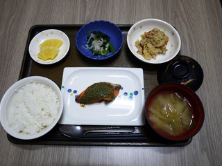 きょうのお昼ごはんは、鮭の木の芽焼き、炒りおから、甘酢和え、みそ汁、くだものでした。
