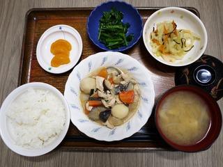 きょうのお昼ごはんは、鶏肉と里芋のみそ煮込み、からし和え、浅漬け、味噌汁、くだものでした。