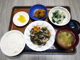 きょうのお昼ごはんは、豚肉と切り昆布の炒め煮、和え物、かぼちゃ煮、味噌汁、くだものでした。