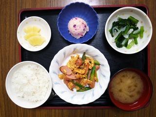 5月24日のお昼ごはんは、ソーセージとアスパラガスの卵炒め、しば漬けポテト、お浸し、みそ汁、くだものでした。