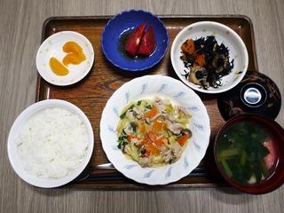 きょうのお昼ごはんは、肉野菜炒め、煮物、冷やしトマト、みそ汁、くだものでした。