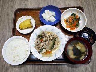きょうのお昼ごはんは、筑前煮、梅おかか和え、はんぺんのくずあん、みそ汁、くだものでした。