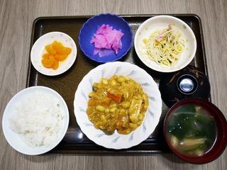 きょうのお昼ごはんは、鶏肉と大豆のカレー煮、スパゲティサラダ、朝漬け、みそ汁、くだものでした。