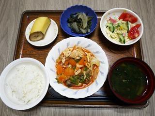 きょうのお昼ごはんは、豚肉のケチャップ炒め、サラダ、朝漬け、みそ汁、くだものでした。