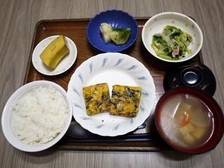 きょうのお昼ごはんは、五目卵焼き、酢の物、のり塩ポテト、みそ汁、くだものでした。