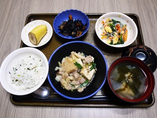 きょうのお昼ごはんは、厚揚げとキャベツの塩炒め、春雨サラダ、煮物、みそ汁、くだものでした。