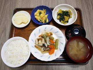 きょうのお昼ごはんは、炊き合わせ・酢味噌和え・にらたま・みそ汁・くだものでした。