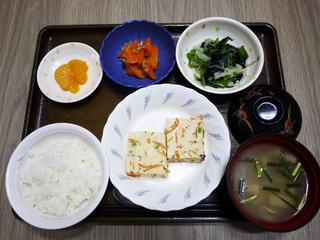 きょうのお昼ごはんは、擬製豆腐・焼きのり和え・ツナ人参・みそ汁・くだものでした。