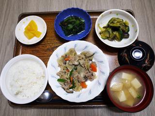 今日のお昼ごはんは、豚肉と根野菜の炒め煮・もずく和え・含め煮・みそ汁・くだものでした。