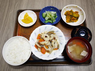きょうのお昼ごはんは、炊き合わせ・かぼちゃサラダ・お浸し・豚汁・くだものでした。