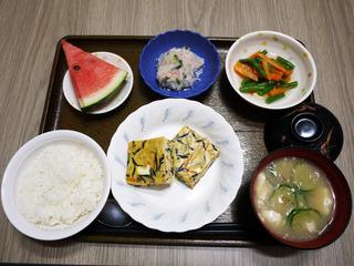 きょうのお昼ごはんは、五目卵焼き・おろし和え・だし漬け・豆腐の冷や汁・みそ汁・くだものでした。