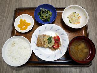 今日のお昼ごはんは、おろしハンバーグ・ポテトサラダ・焼きのり和え・みそ汁・くだものでした。