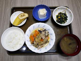 きのうのお昼ごはんは、豚肉と根野菜の炒め煮・ひじき和え・ねぎ塩奴・みそ汁・くだものでした。