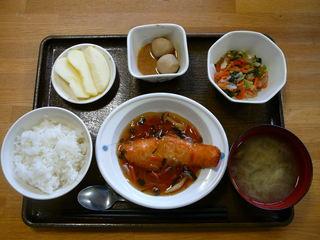 今日のお昼ご飯は、鮭の野菜あんかけ、和え物、煮物、味噌汁、果物です。