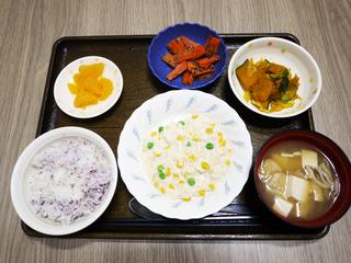 きょうのお昼ごはんは、挽肉とコーンのクリーム煮・サラダ・みそ汁・くだものでした。