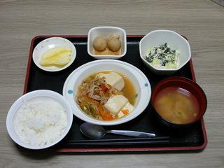 今日のお昼ご飯は、肉豆腐、和え物、里芋のごま味噌煮、味噌汁、果物です。