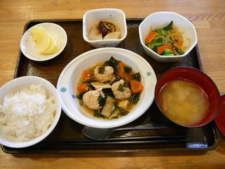 今日のお昼ご飯は、鳥つくね煮、青野菜と春雨の辛子和え、ふろふき大根、味噌汁、果物です。