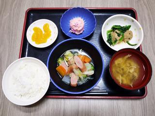 きょうのお昼ごはんは、ウィンナーと野菜のスープ煮・しば漬けポテト・含め煮・みそ汁・くだものでした。
