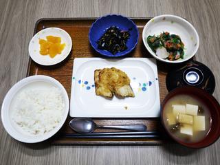 きょうのお昼ごはんは、焼き魚・つぶし里芋和え・ひじきの酢のもの・みそ汁・くだものでした。
