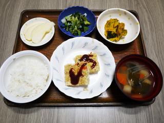 きょうのお昼ごはんは、具だくさんハンバーグ・甘酢和え・かぼちゃサラダ・みそ汁・くだものでした。