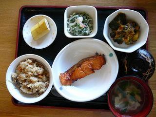 きょうのお昼ご飯は、混ぜご飯、焼き魚、エビとクレソンの白和え、含め煮、お吸い物、果物です。